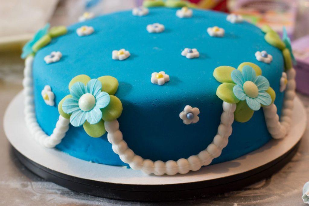Hoe decoreer ik een taart met fondant?