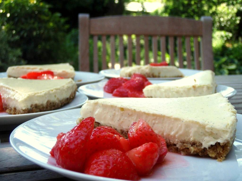 Limoen en ricotta cheesecake met gemarineerde aardbeien ...