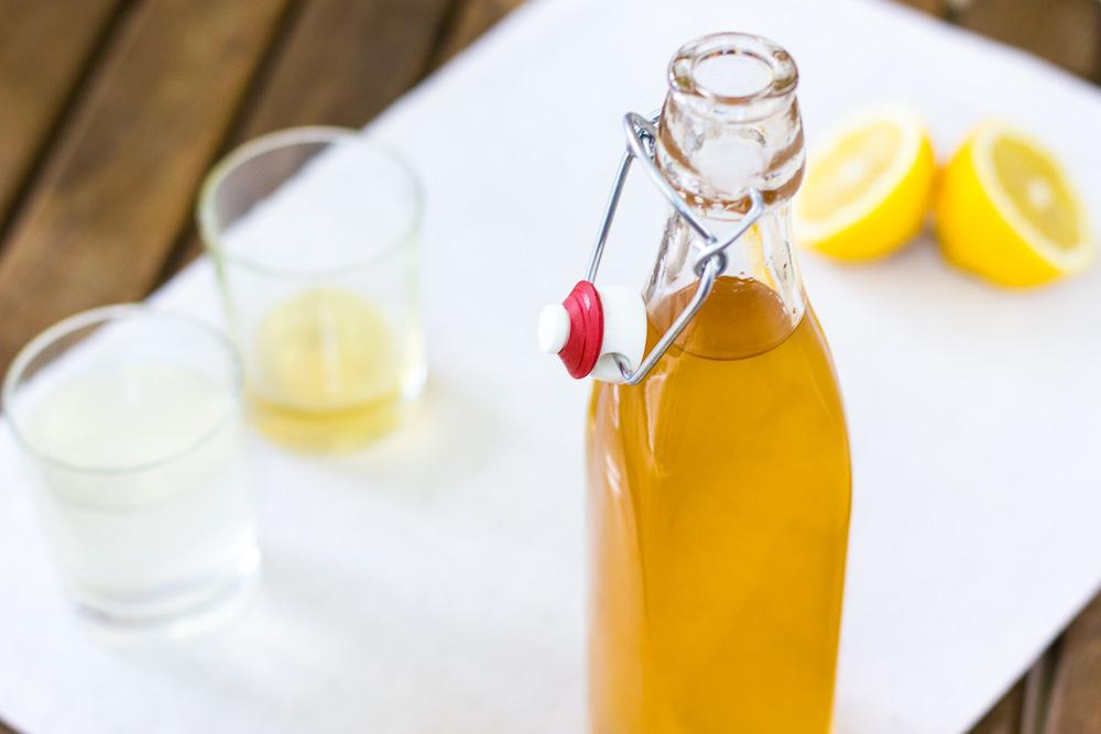 Homemade citroensiroop