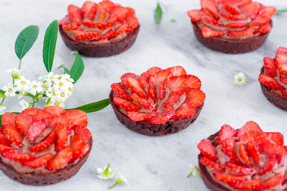 Chocolade tartelettes met aardbeienroosjes