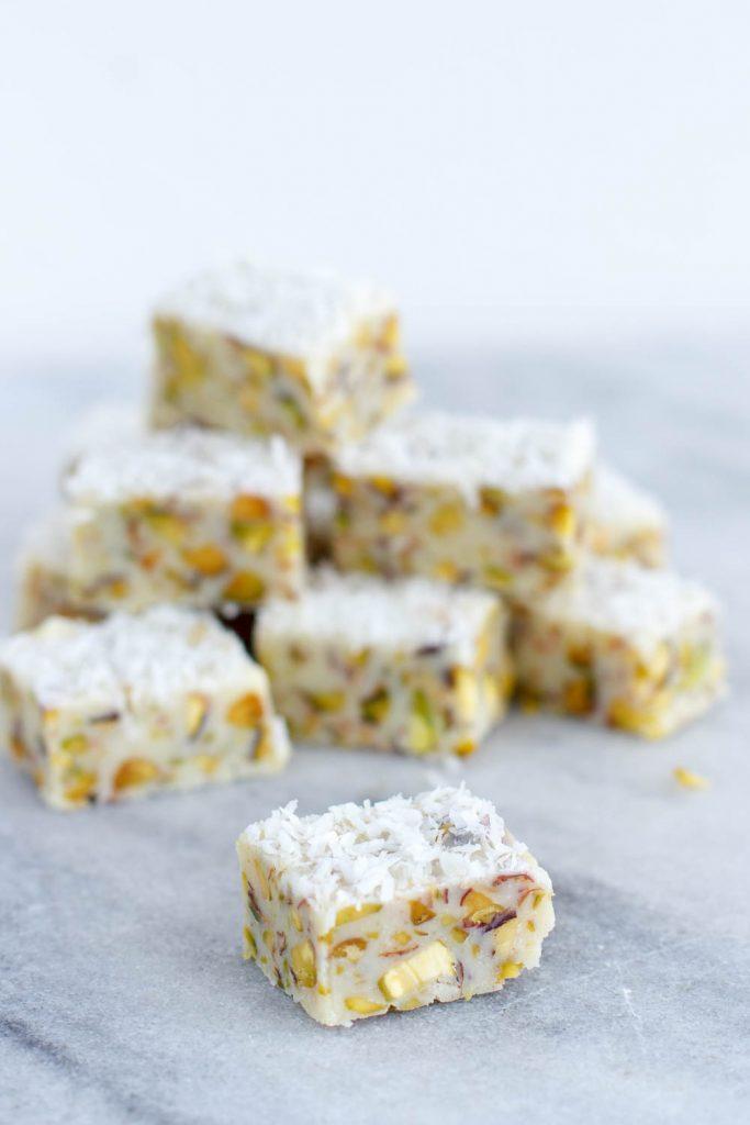 Witte chocolade fudge met pistachenootjes en kokos zoetrecepten - Chocolade en witte badkamer ...