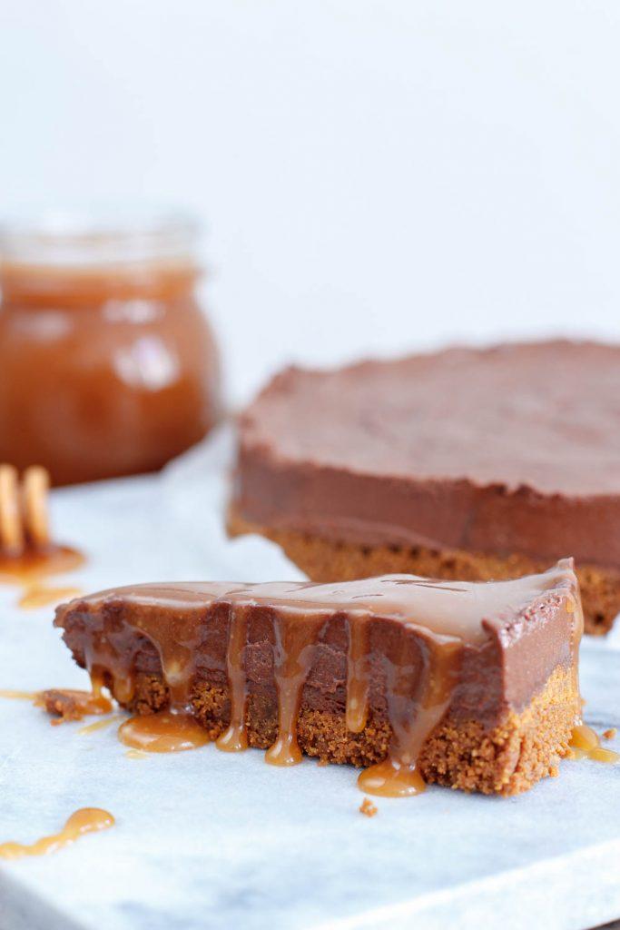 Chocolade truffeltaart met salted caramelsaus