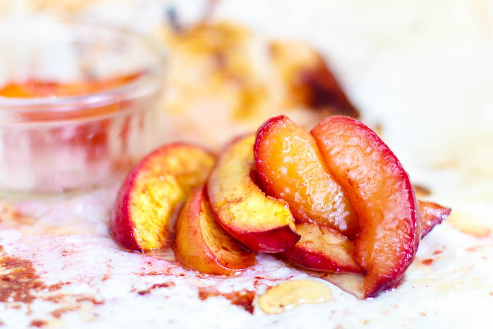 Gekarameliseerde nectarines van de grill