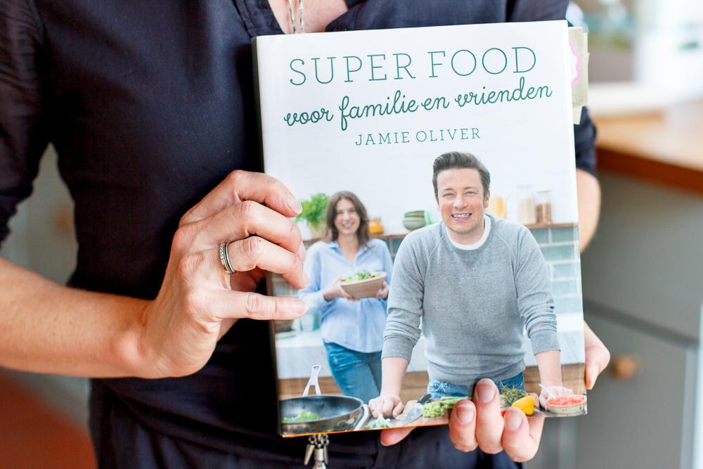 review superfood voor familie en vrienden jamie oliver zoetrecepten. Black Bedroom Furniture Sets. Home Design Ideas