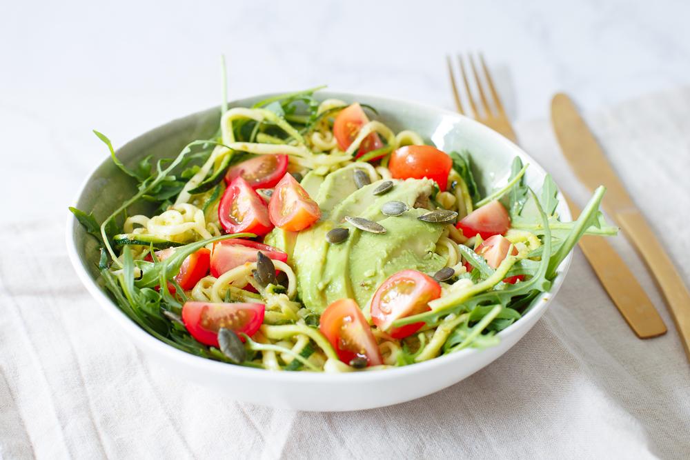Snelle pesto courgetti salade