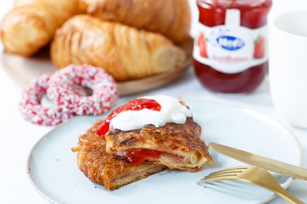Croissant wentelteefjes met aardbeienjam
