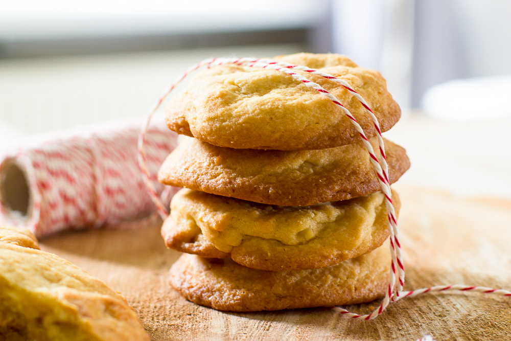 Chewy white chocolate chip cookies met macadamianoten