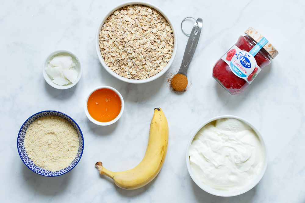 Ingredinten knapperige ontbijttaart met frambozenswirl