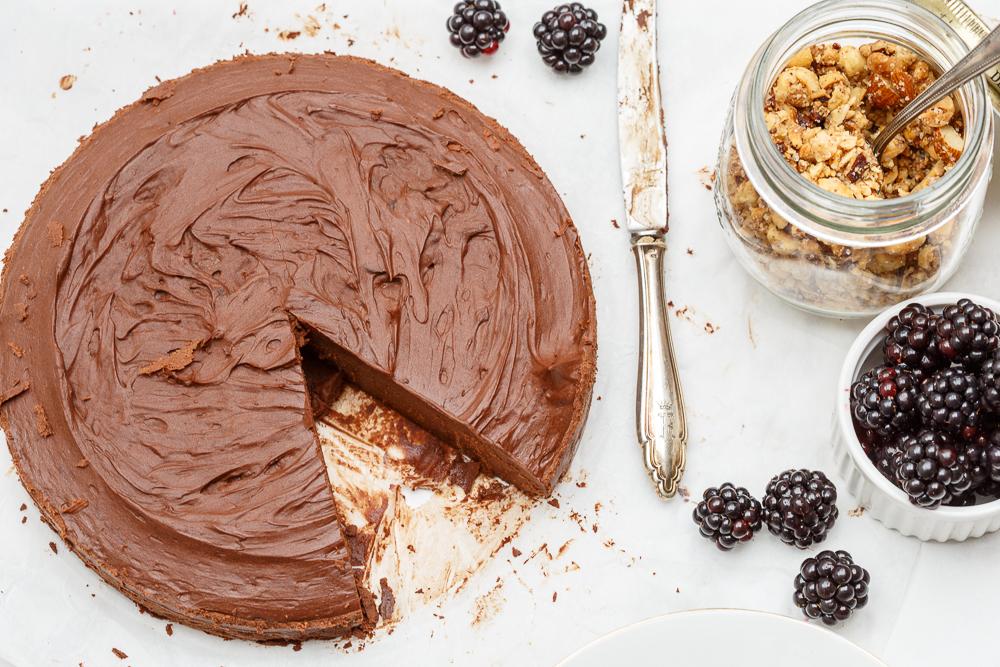 Koolhydraatarme chocoladetruffeltaart met notencrunch